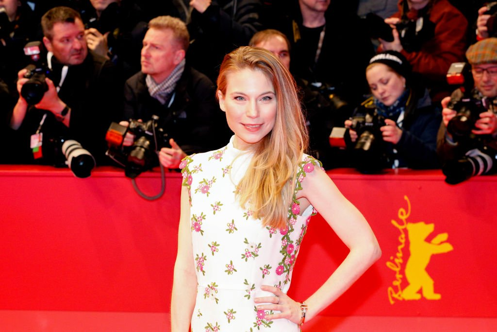 "Nora von Waldstaetten kommt zur Eröffnungsfeier und Premiere des ""My Salinger Year"" während der 70. Internationalen Filmfestspiele Berlinale Berlin im Berlinale Palace am 20. Februar 2020 in Berlin. (Foto von Isa Foltin) I Quelle: Getty Images"