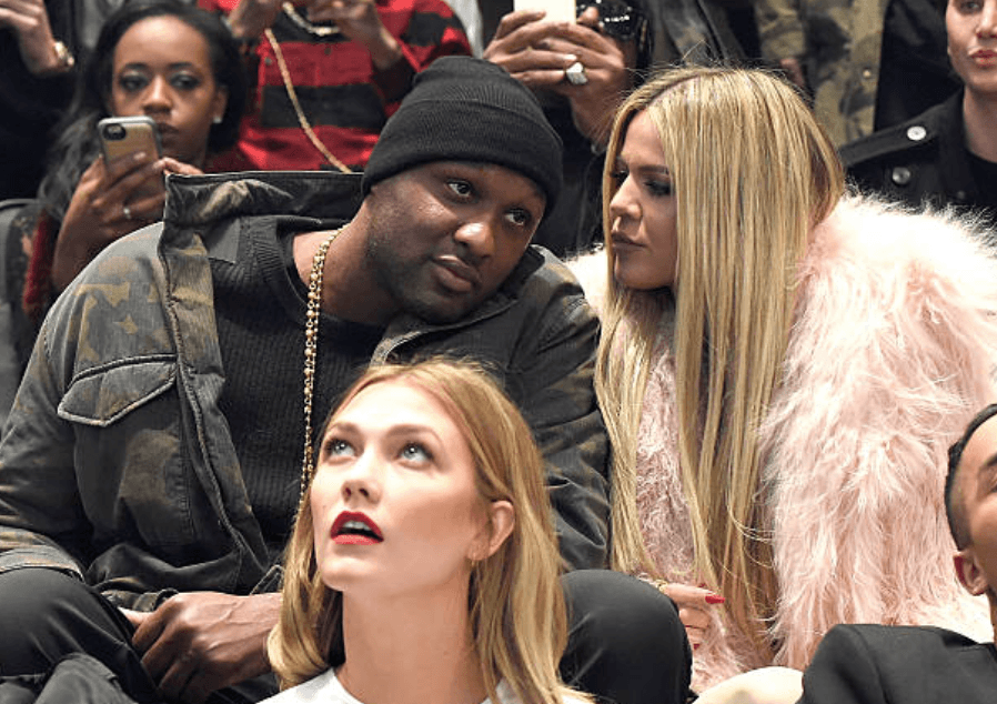 Lamar Odom discute avec Khloe Kardashian alors qu'ils sont assis dans l'auditoire lors de la performance de Kanye West Yeezy Saison 3, le 11 février 2016, au Madison Square Garden, à New York | Source: Kevin Mazur / Getty Images pour Yeezy Saison 3