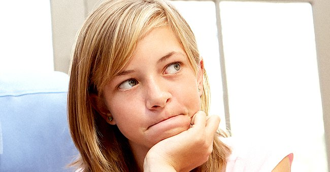 A girl looks into the distance and seems to be thinking about something. | Photo: Shutterstock