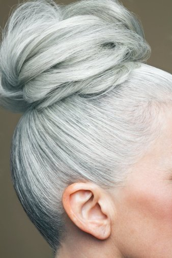 Photo d'un chignon aux cheveux gris d'une femme. | Photo : Getty Images