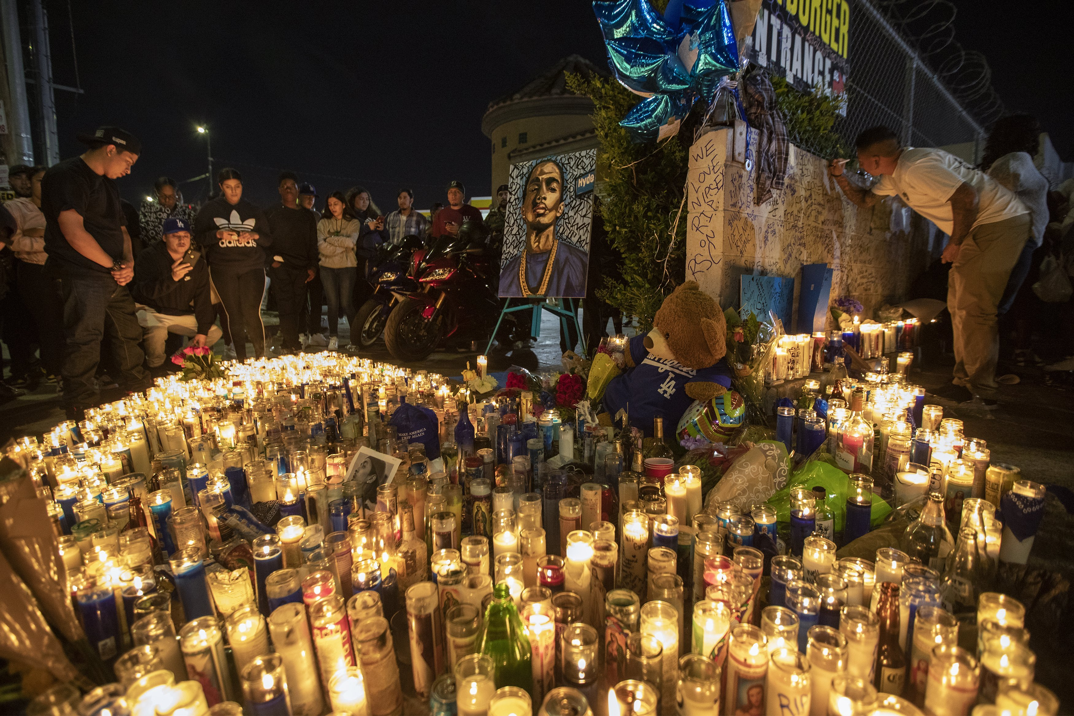 People mourn for rapper Nipsey Hussle on April 1, 2019 in Los Angeles, California. | Photo: GettyImages