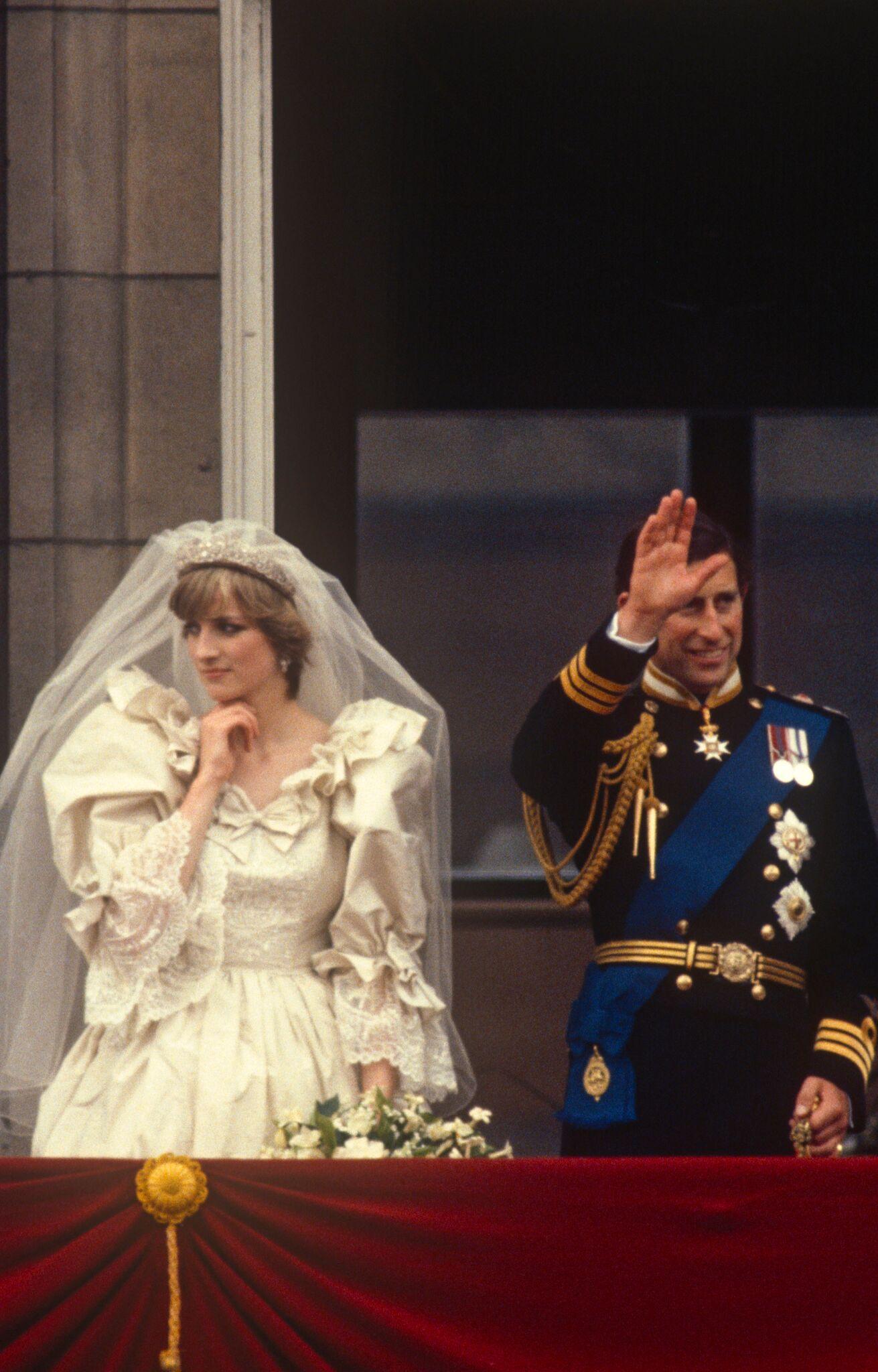 La princesse Diana et le prince Charles sur le balcon du palais le jour de leur mariage   Photo : Getty Images/ Global Images Ukraine