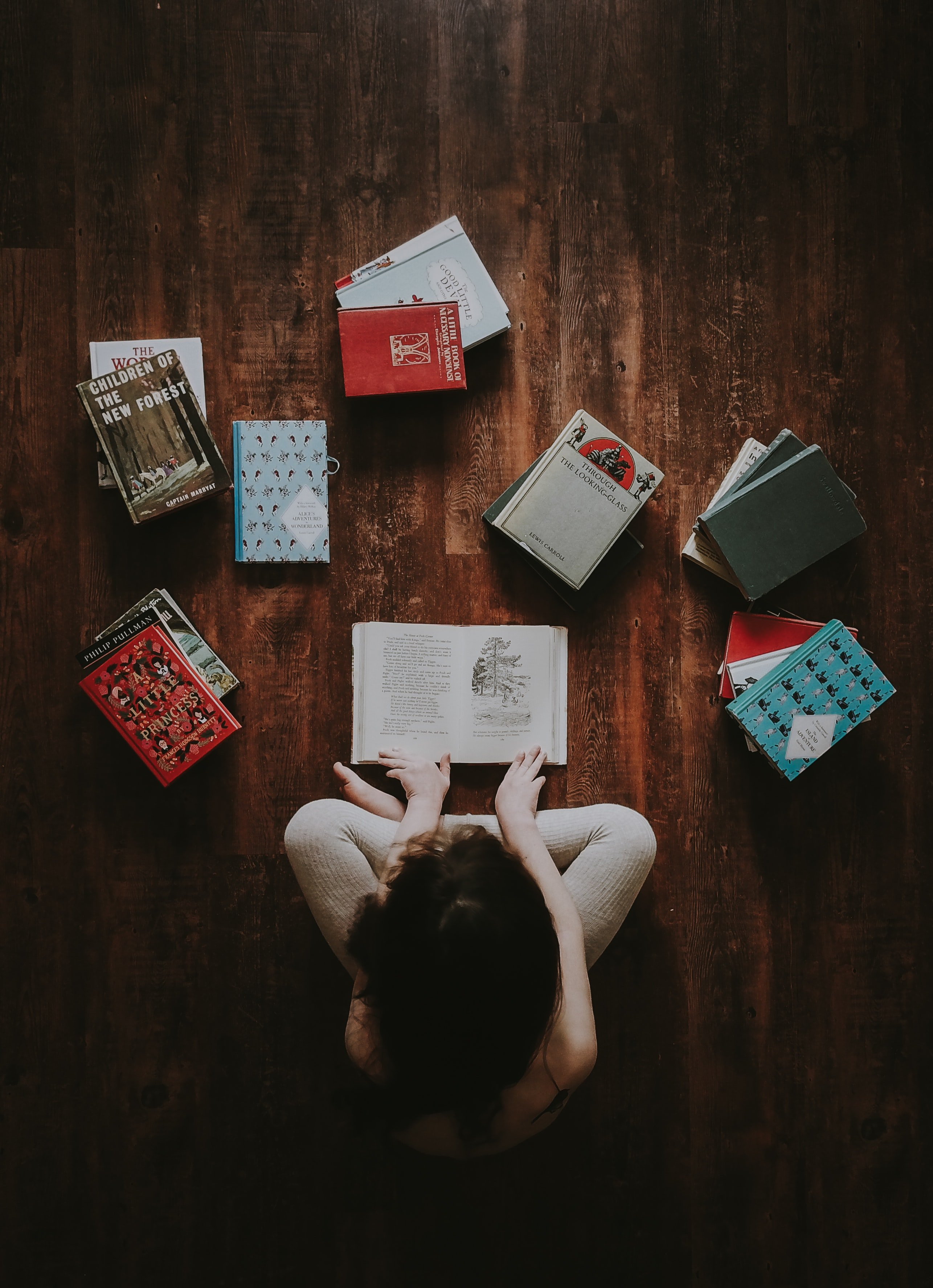 Boy sitting on the floor with books | Source: Unsplash