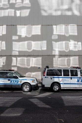 Une voiture de policier garée sur la route de Manhattan | Photo / Unsplash