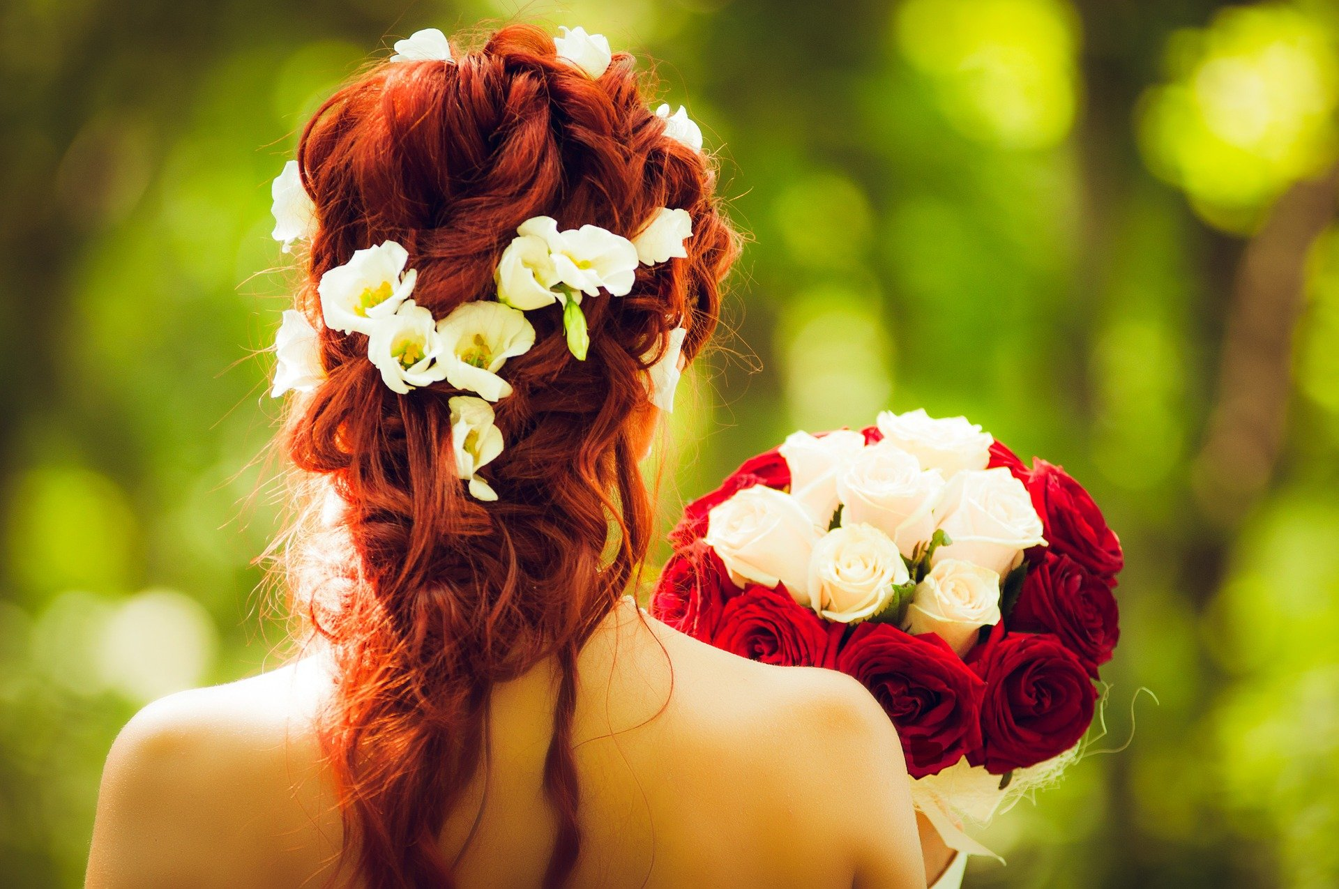 A woman on her wedding day holding a bouquet of flowers. | Source: Pixabay.