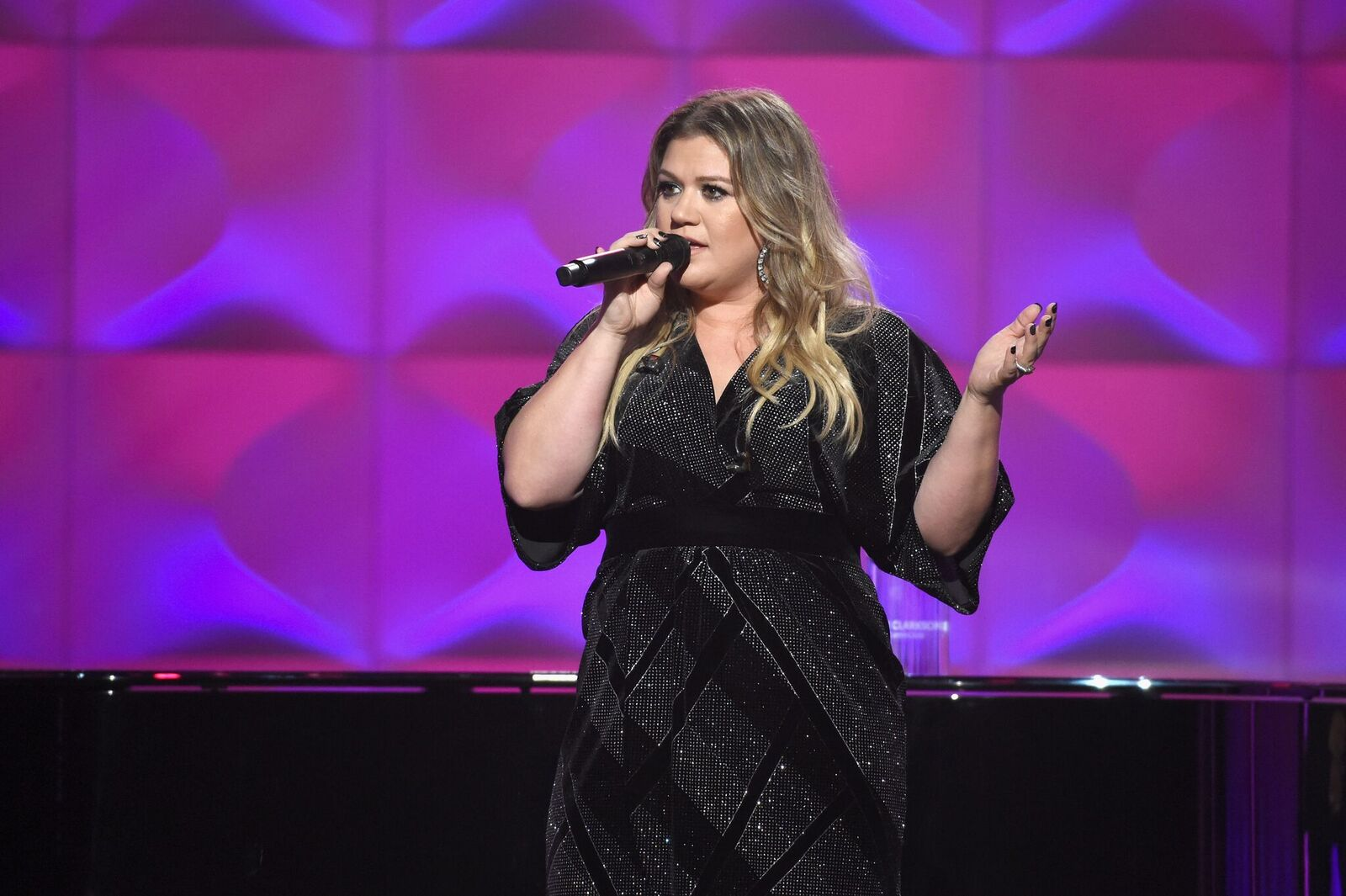 Honoree Kelly Clarkson performs onstage Billboard Women In Music 2017 at The Ray Dolby Ballroom at Hollywood & Highland Center on November 30, 2017 | Photo: Getty Images