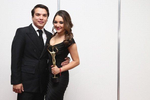 Gerardo Islas y Sherlyn González posando en la sala de prensa durante los Premios Tv y Novelas 2014 en Televisa. Fuente: Getty Images