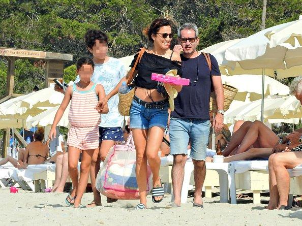 Parte de esta imagen ha sido pixelada para ocultar la identidad del niño) Toni Acosta y Jacobo Martos son vistos el 14 de julio de 2019 en Ibiza, España.   Fuente: Getty Images