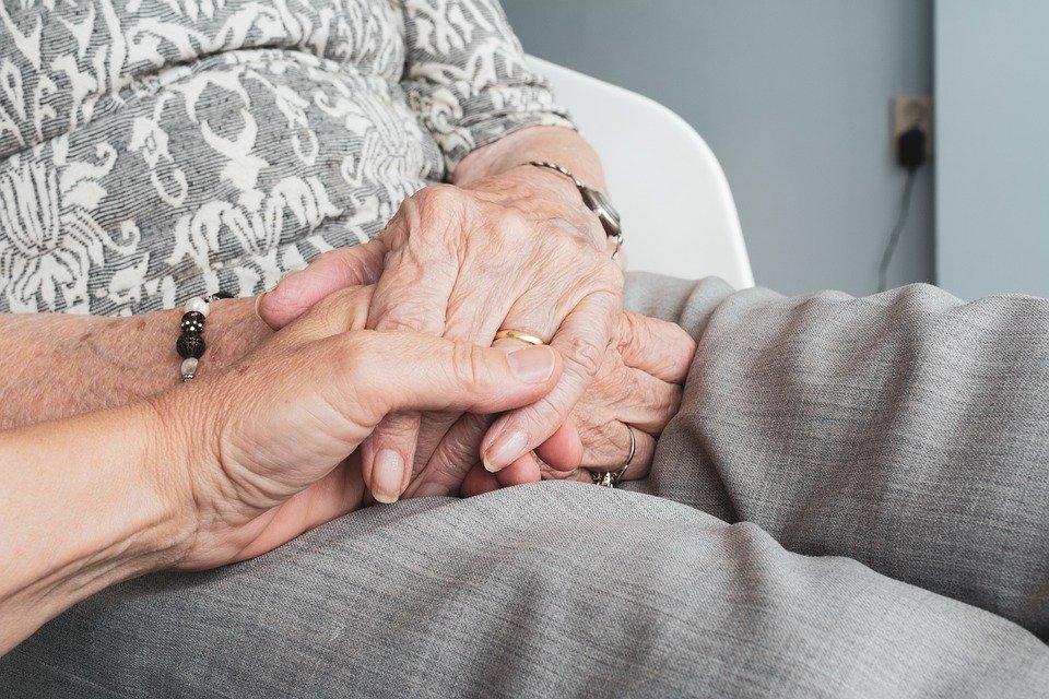 Persona toma la mano de una abuelita. | Foto: Pixabay