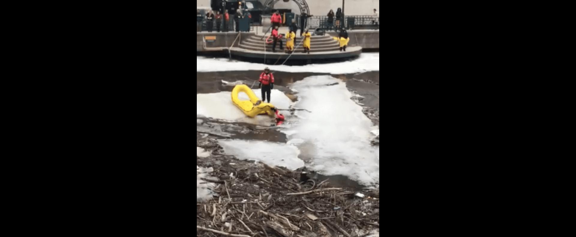 Les sauveteurs risquent leur vie sur la glace. Source: Facebook / beckie.curtiusjosephitis