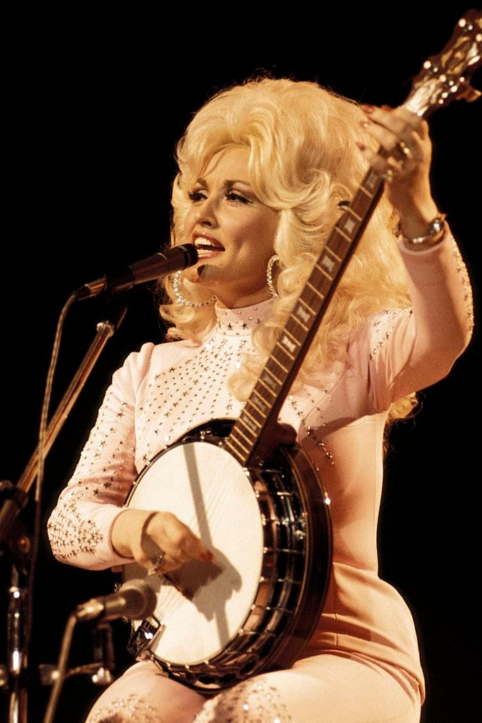 Dolly Parton performing live onstage at the UK Country Music Festival on April 1, 1976 | Photo: Andrew Putler/Redferns/Getty Images