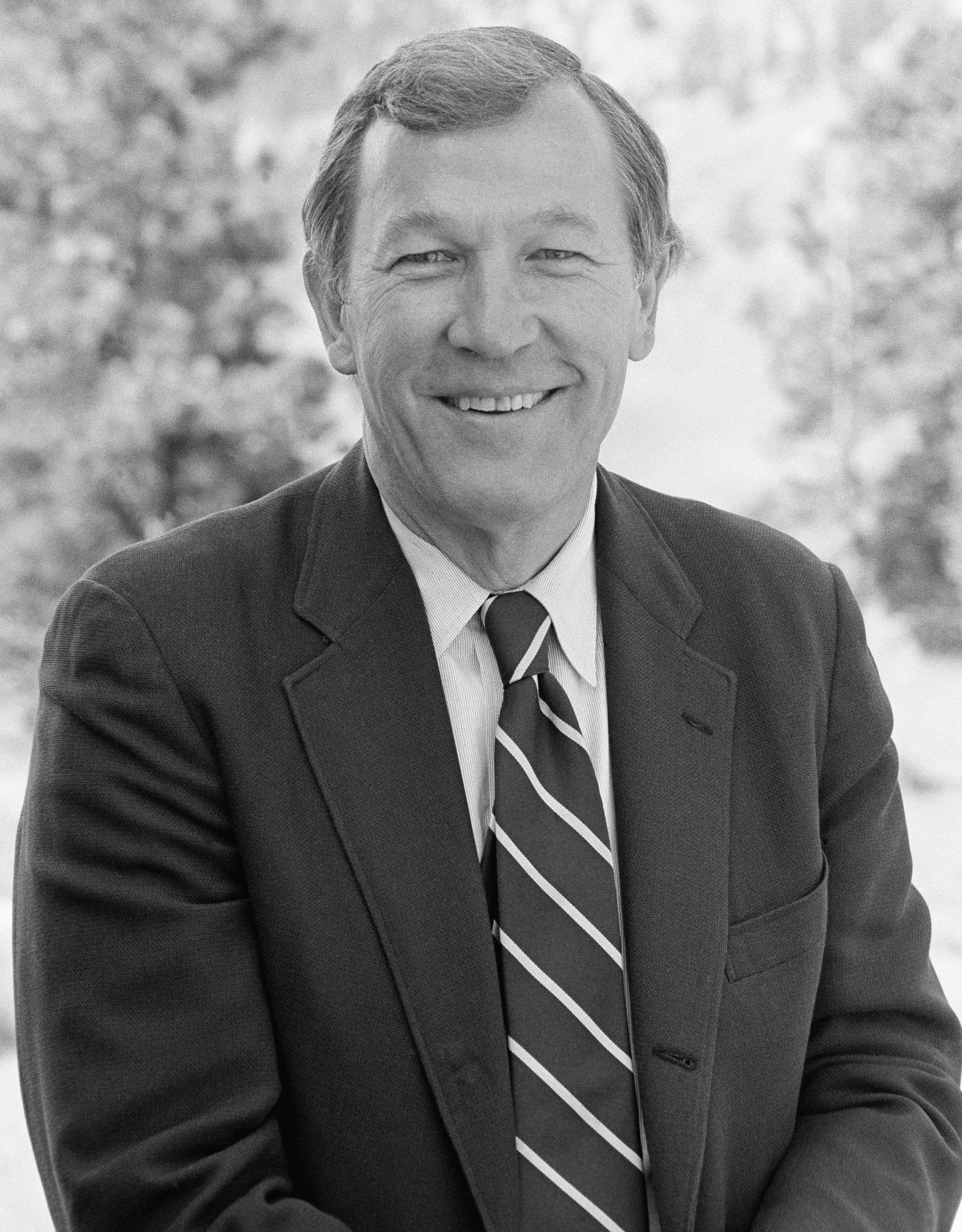 Roger Mudd smiling in a 1986 picture | Photo: NBC NewsWire/NBCU Photo Bank/NBCUniversal/Getty Images