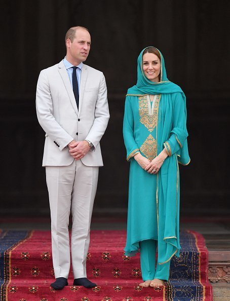 Prince William, Duke of Cambridge and Catherine, Duchess of Cambridge visit the Badshahi Mosque in Lahore, Pakistan | Photo: Getty Images
