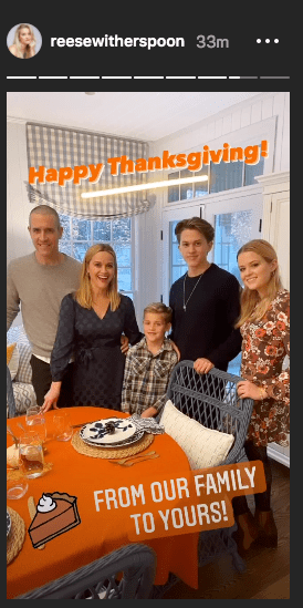 Reese Witherspoon gathered together with Jim and Tennessee James Toth, Ava and Deacon Phillippe on November 26, 2020 | Photo: Instagram Story/reesewitherspoon