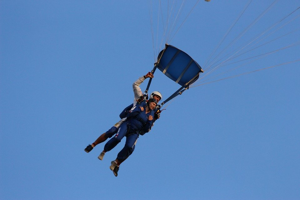 A photo of a man and a woman skydiving.   Photo: Pixabay