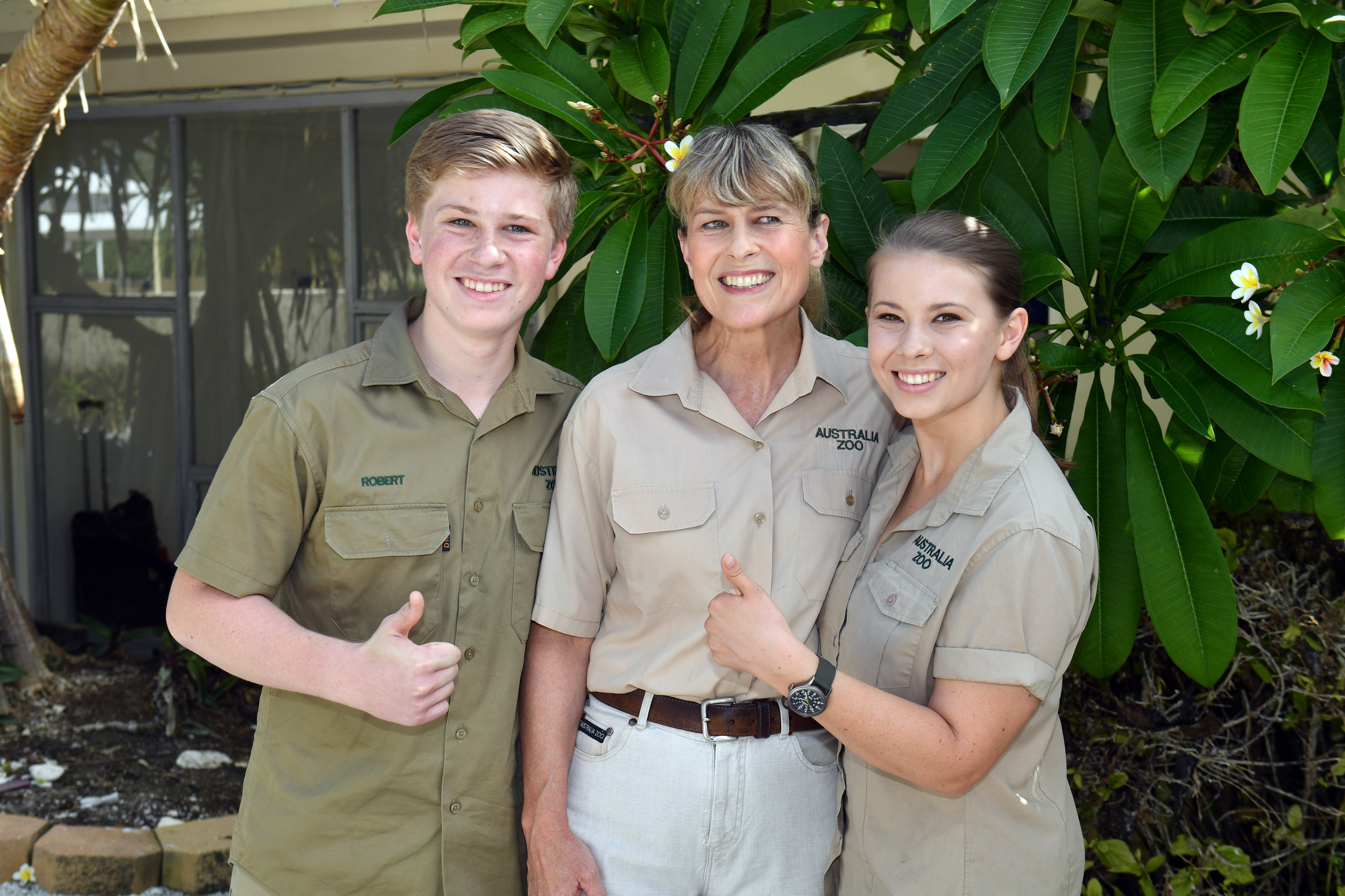Bob Irwin, Terri Irwin and Bindi Irwin pose for a photo before a roundtable meeting, discussing coral resilience on Lady Elliot Island on April 6, 2018|Photo: Getty Images