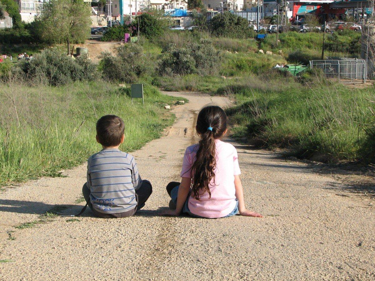 Niños solos en camino de tierra. | Imagen: PxHere