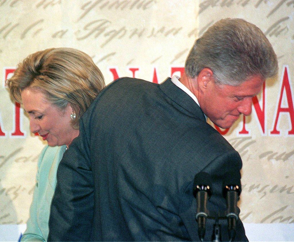 La primera vez que los Clinton aparecieron juntos tras el Presidente admitir tener una relación con Monica Lewinsky. Septiembre, 1998. | Foto: Getty Images