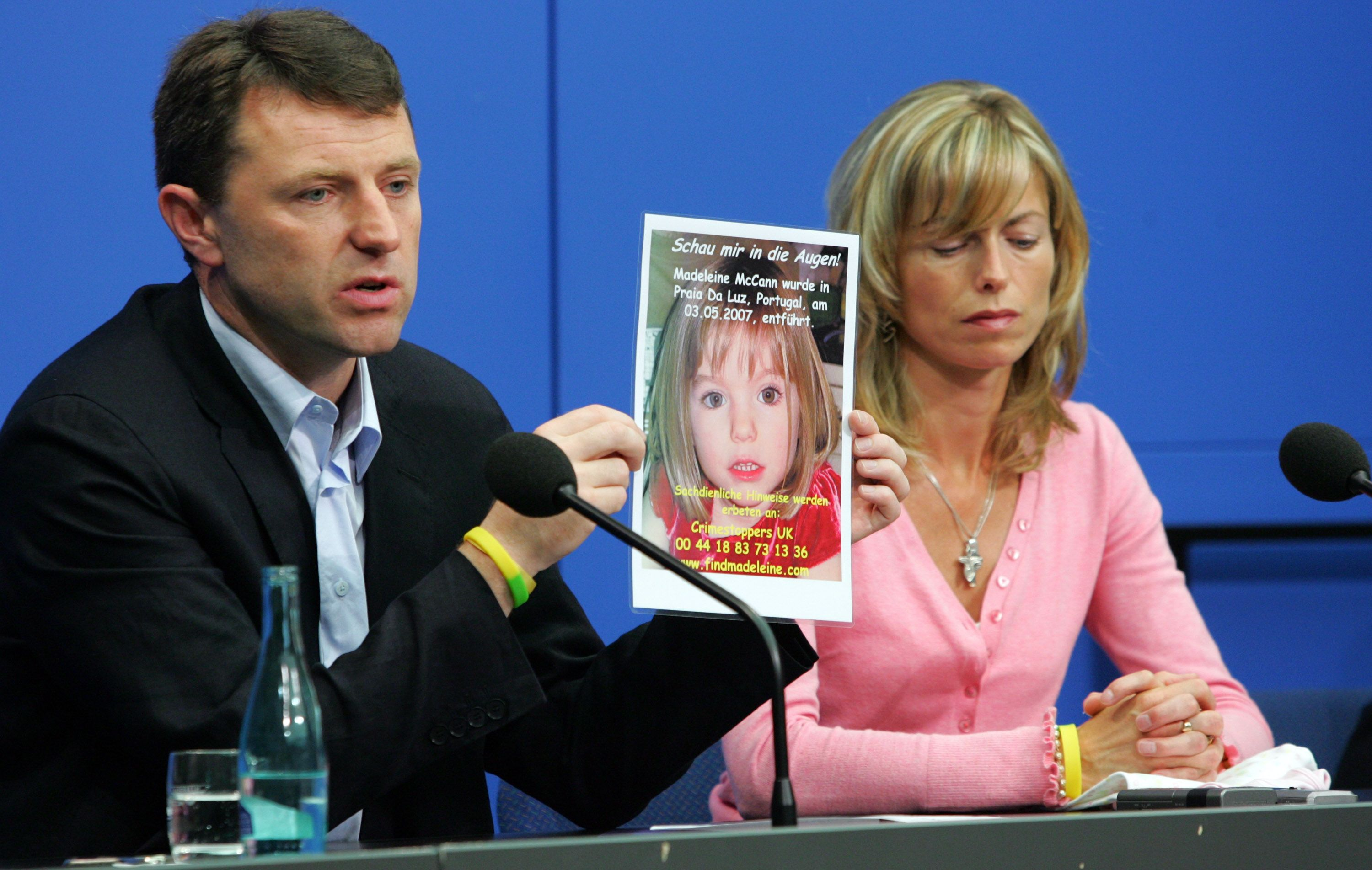 Madeleine McCann's Parent, Kate and Gerry McCann at Berlin holding a picture of Madeleine during a press conference on June 6, 2007 | Photo: Getty Images