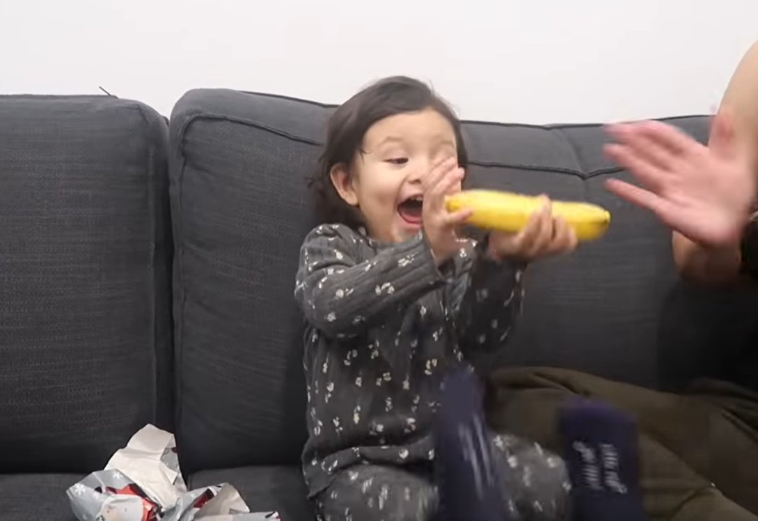 Little girl is excited about banana Christmas gift   Photo: YouTube/ LGNDFRVR