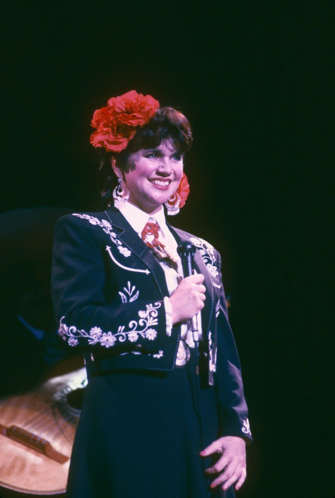 Linda Ronstadt sings in Spanish at a Los Angeles, California concert in 1988 | Photo: Getty Images
