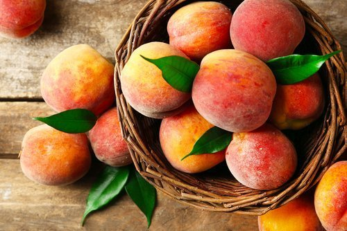 Peaches in a basket. | Photo: Shutterstock