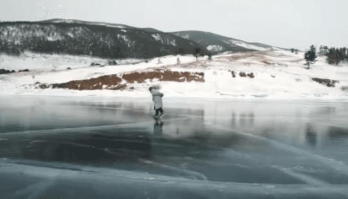 Le patinage pour les personnes âgées est plus qu'une nécessité | source : Julia Saponova / YouTube