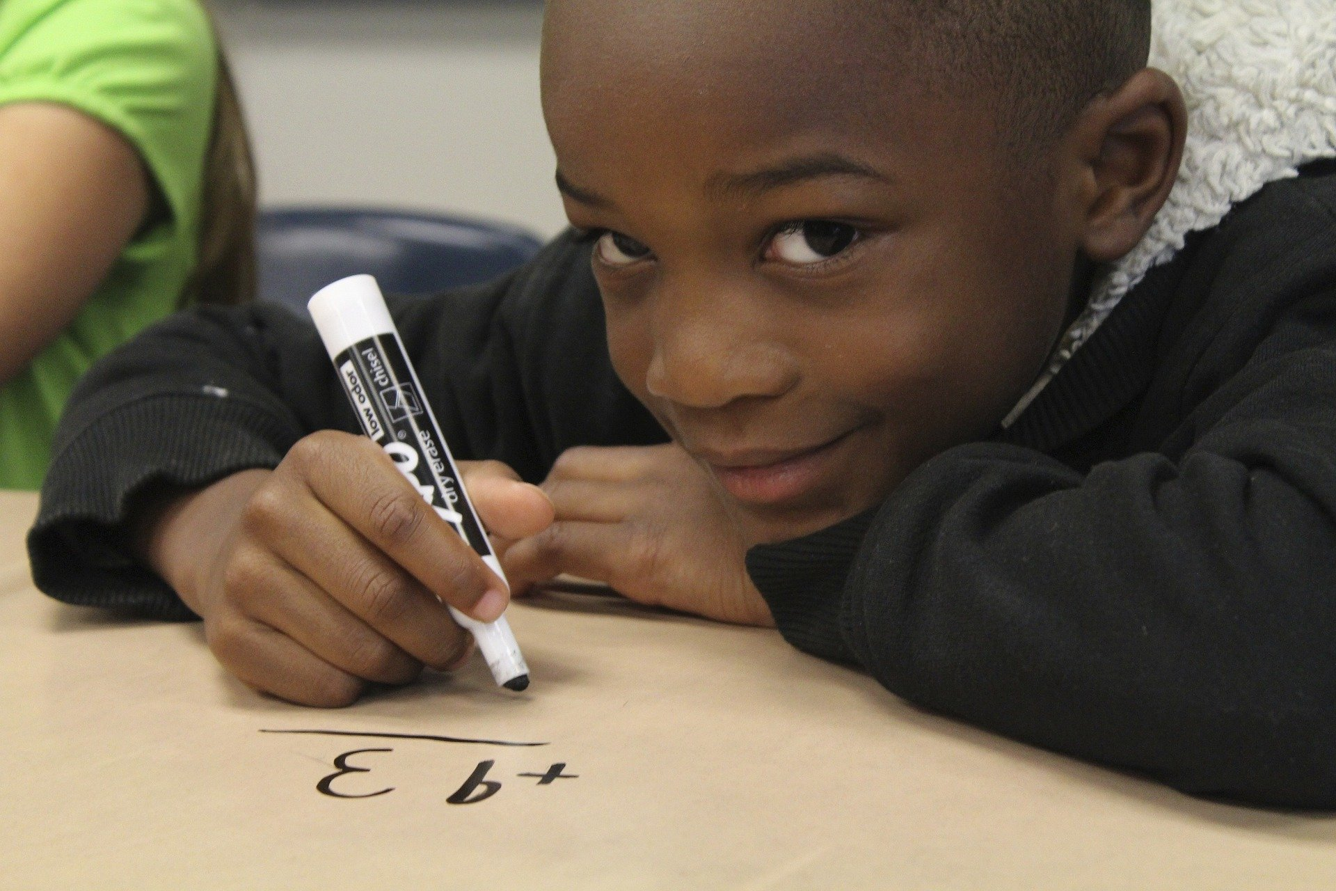 Cute little boy learning math in class. | Source: Pixabay