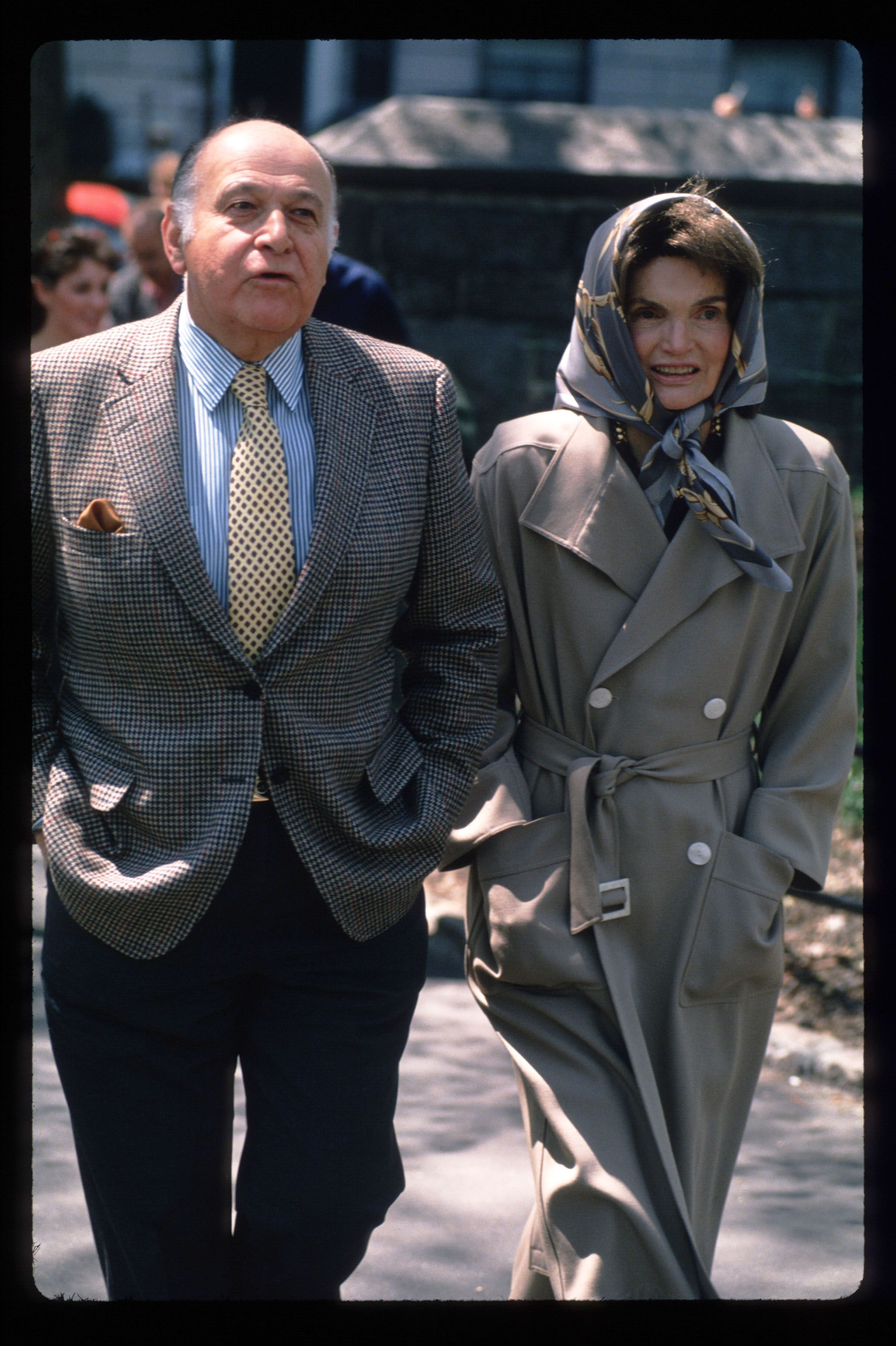 Jacqueline Kennedy Onassis takes her first walk with Maurice Tempelsman in Central Park after leaving the hospital on April 24, 1994, in New York City | Photo: Steve Allen/Liaison/Getty Images