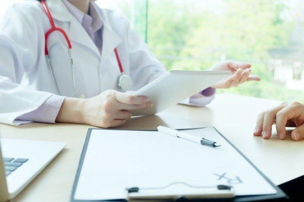 Arzt am Tisch | Quelle: Freepik