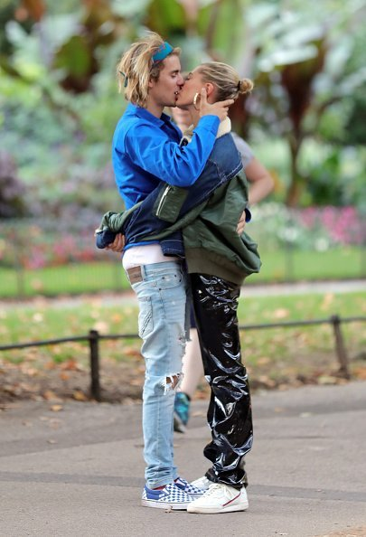 Justin Bieber and Hailey Baldwin seen with a very public embrace during a walk in London's Hyde Park | Photo: Getty Images