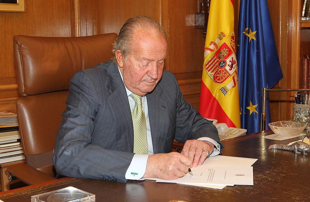 El rey Juan Carlos de España firmando los papeles para confirmar su renuncia el 2 de junio de 2014 en Madrid, España. | Imagen: Getty Images