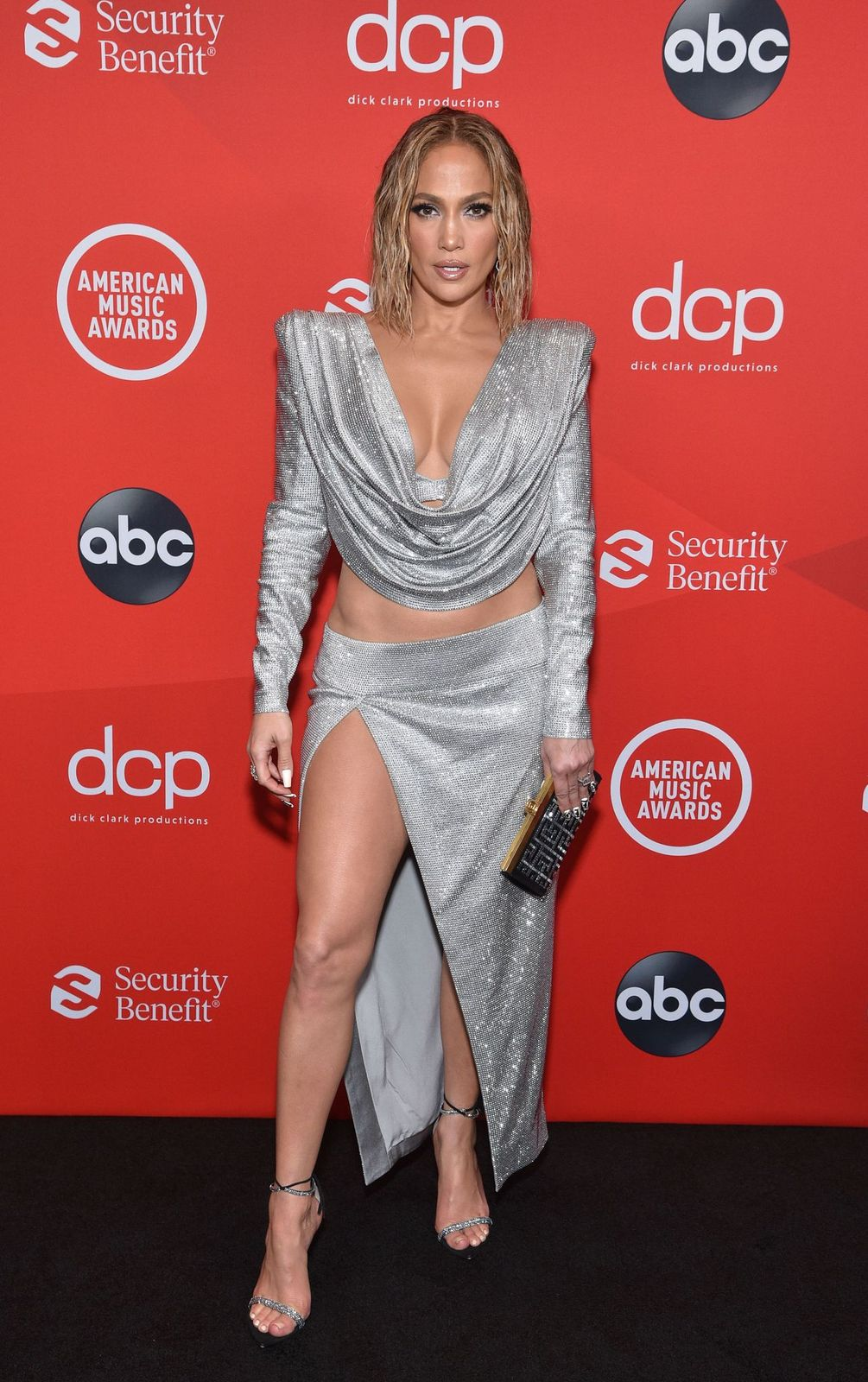 Jennifer Lopez on the red carpet of the 2020 American Music Awards at the Microsoft Theater in Los Angeleson November 22, 2020   Photo: ABC/Getty Images