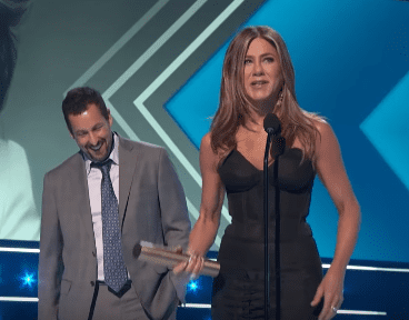 Jennifer Aniston et Adam Sandler sur scène lors de la remise des People's Choice Awards 2019. | Source : YouTube / E ! Tapis rouge et remise de prix