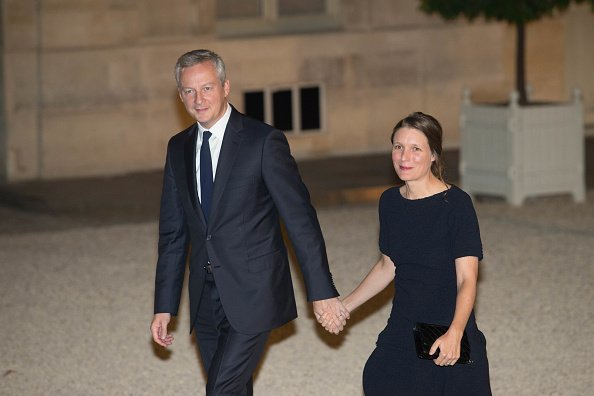 Bruno Le Maire et son épouse Pauline Doussau de Bazignan à l'Elysée le 25 septembre 2017 à Paris, France. | Photo : Getty Images