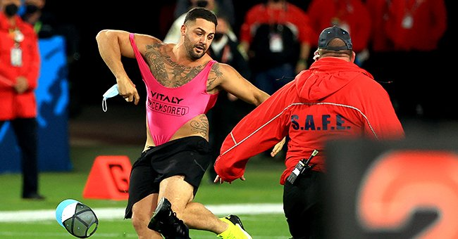 Yuri Andrade streaking during Sunday's Super Bowl game, February 2021, Florida. | Photo: Getty Images.