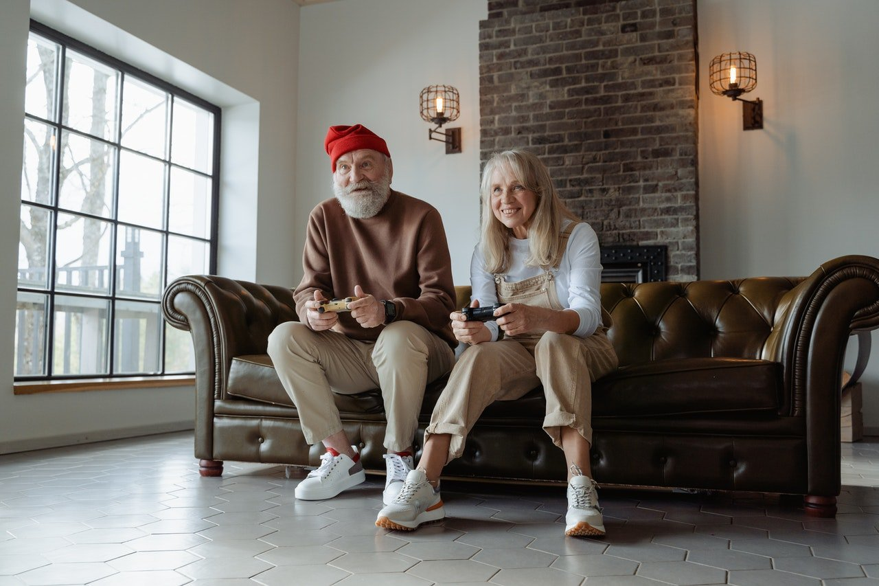 Elderly man and woman sitting on a couch | Source: Pexels