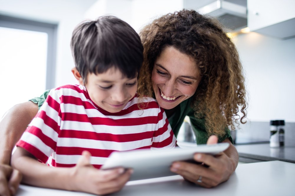 Mother and son using tablet. | Photo: Shutterstock