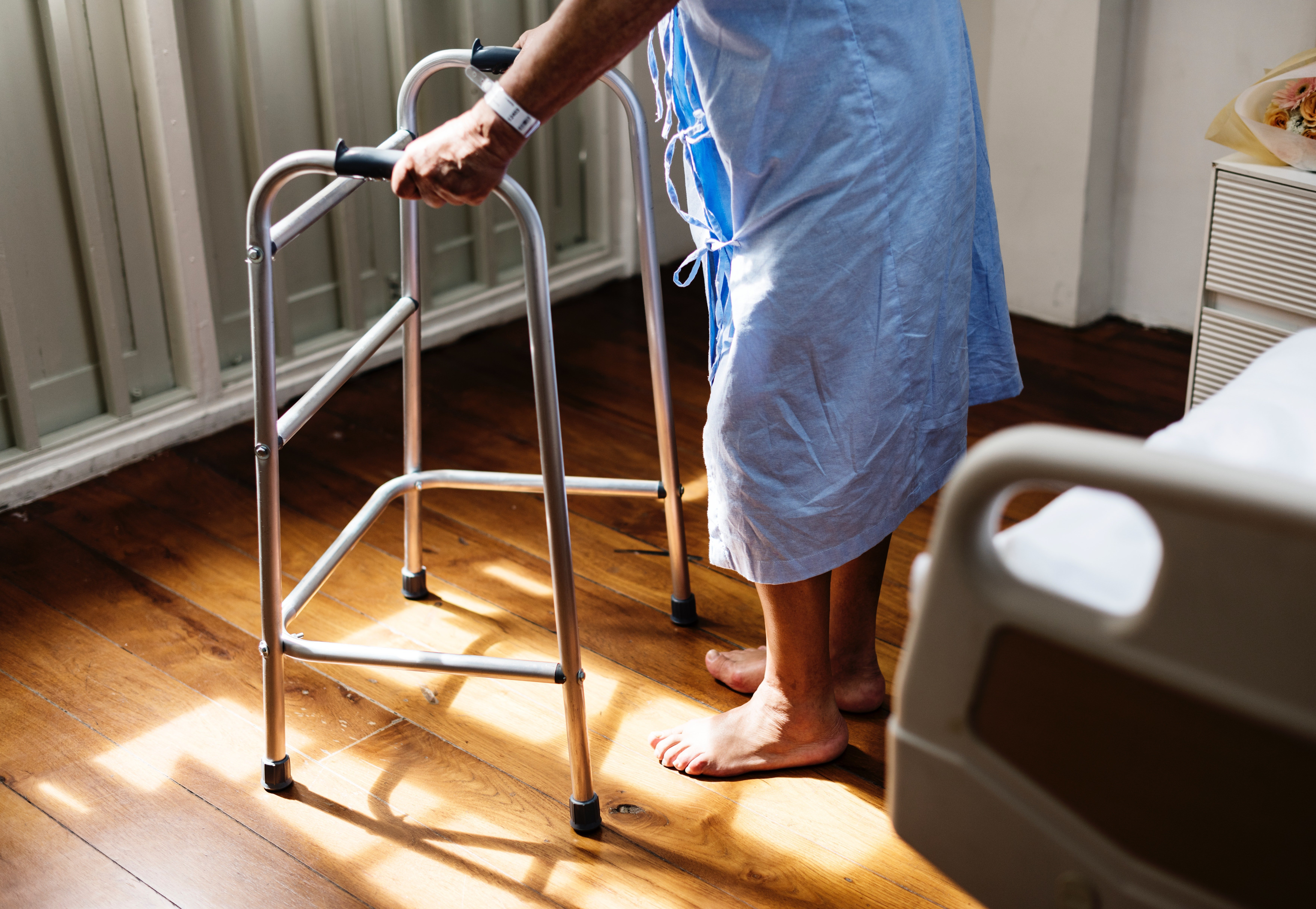 Old man in a hospital trying to walk. | Source: Pexels