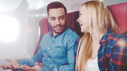 Un homme et une femme parlant dans un avion pendant leur vol Photo : Shutterstock