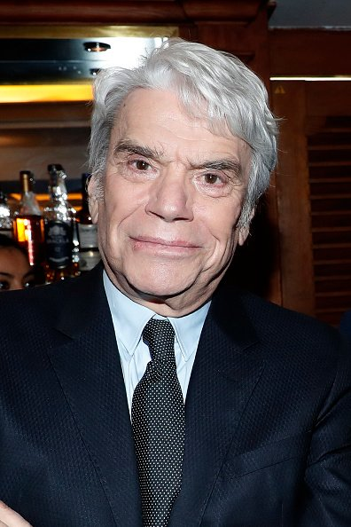 "L'homme d'affaires Bernard Tapie assiste Claude Lelouch reçoit l'insigne d'officier de la Légion d'honneur au ""Club 13"" 
