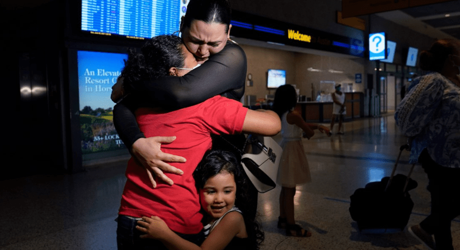 Glenda Valdez being reunited in June 2021 with her daughter, Emely, after being separated for six years | Photo: Twitter/@wzzm13
