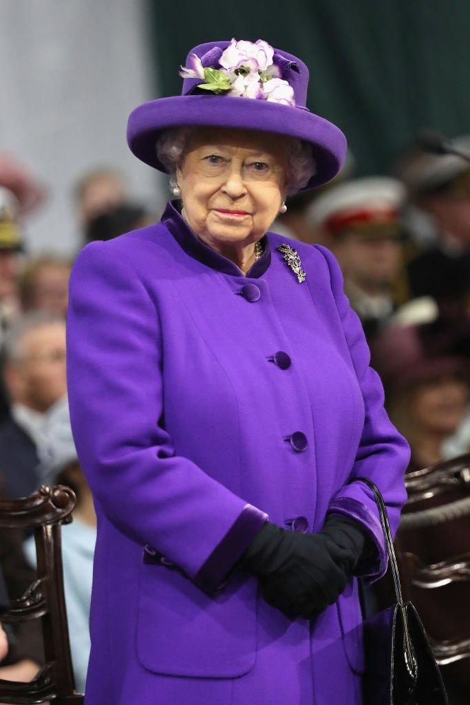 La reine Elizabeth II assiste à la cérémonie de mise en service de S.M.S.  en Angleterre. | Photo : Getty Images