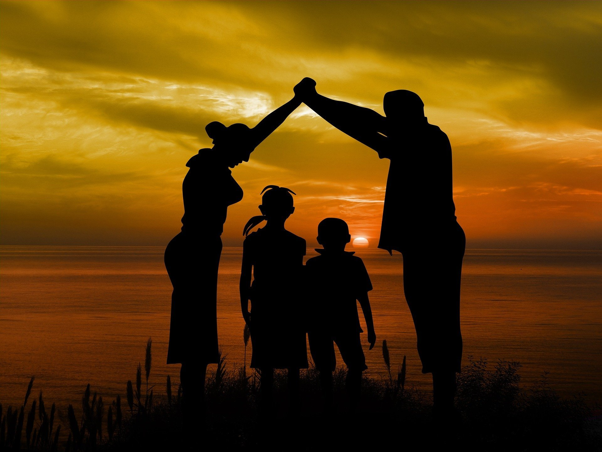 A silhouette of a family during sunset | Source: Pixabay