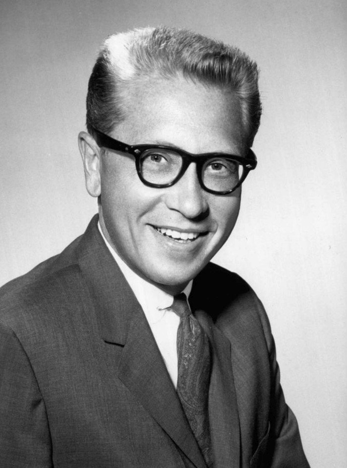 Publicity photo of game show host Allen Ludden circa 1961. | Source: Wikimedia Commons