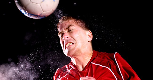 The ball hit the boy straight in the head, and he fell on the ground. | Photo: Shutterstock