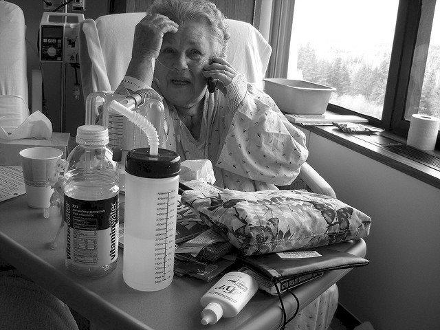 Vieille dame malade. | Photo : Flickr