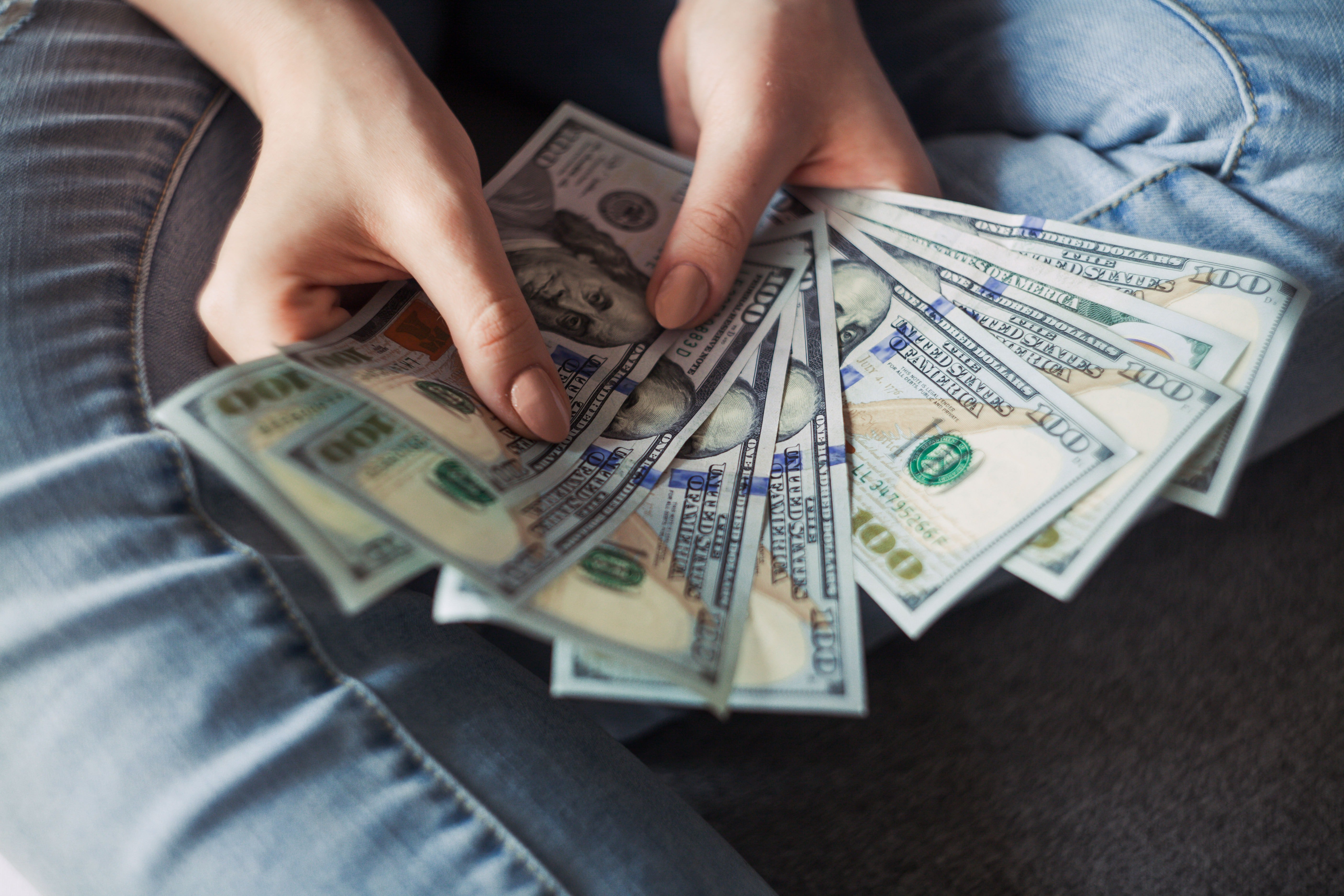 Pictured - A person holding 100 dollar bank notes | Source: Pexels