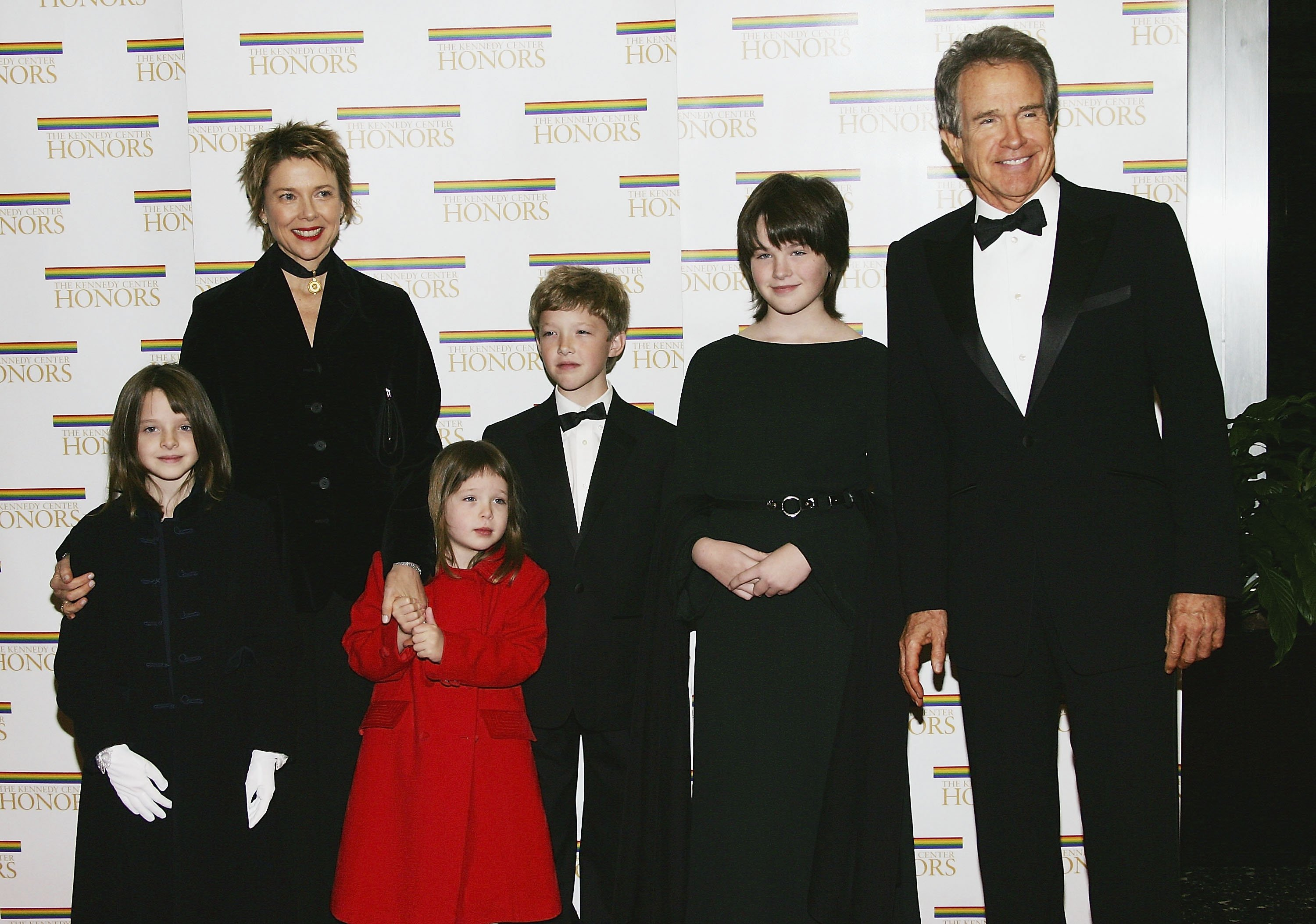 Warren Beatty poses with wife Annette Bening and children Isabel, Ella, Benjamin and Kathlyn at the 27th Annual Kennedy Center Honors at U.S. Department of State, December 4, 2004, in Washington, DC. | Source: Getty Images.
