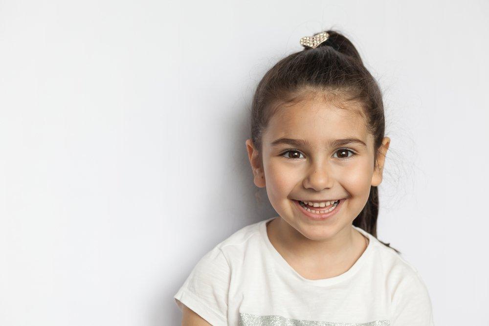 Une petite fille souriante | Photo: Shutterstock